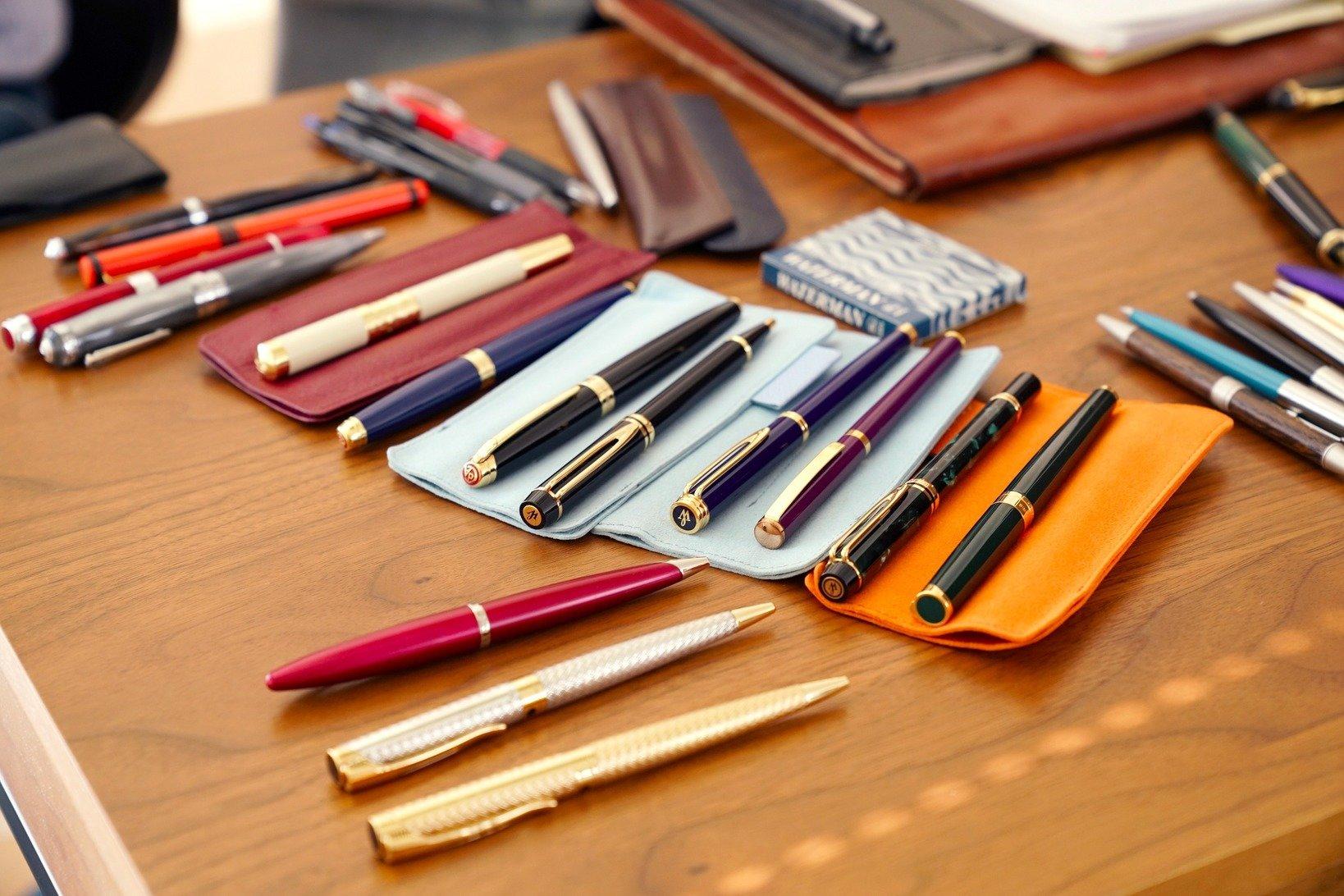 倉野さん持参の筆記具たち。