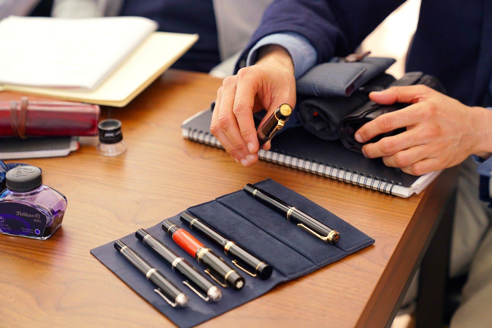 飯野さん持参の万年筆たち。黒軸ボディに金クリップの組み合わせ、通称:仏壇万年筆がお気に入り。