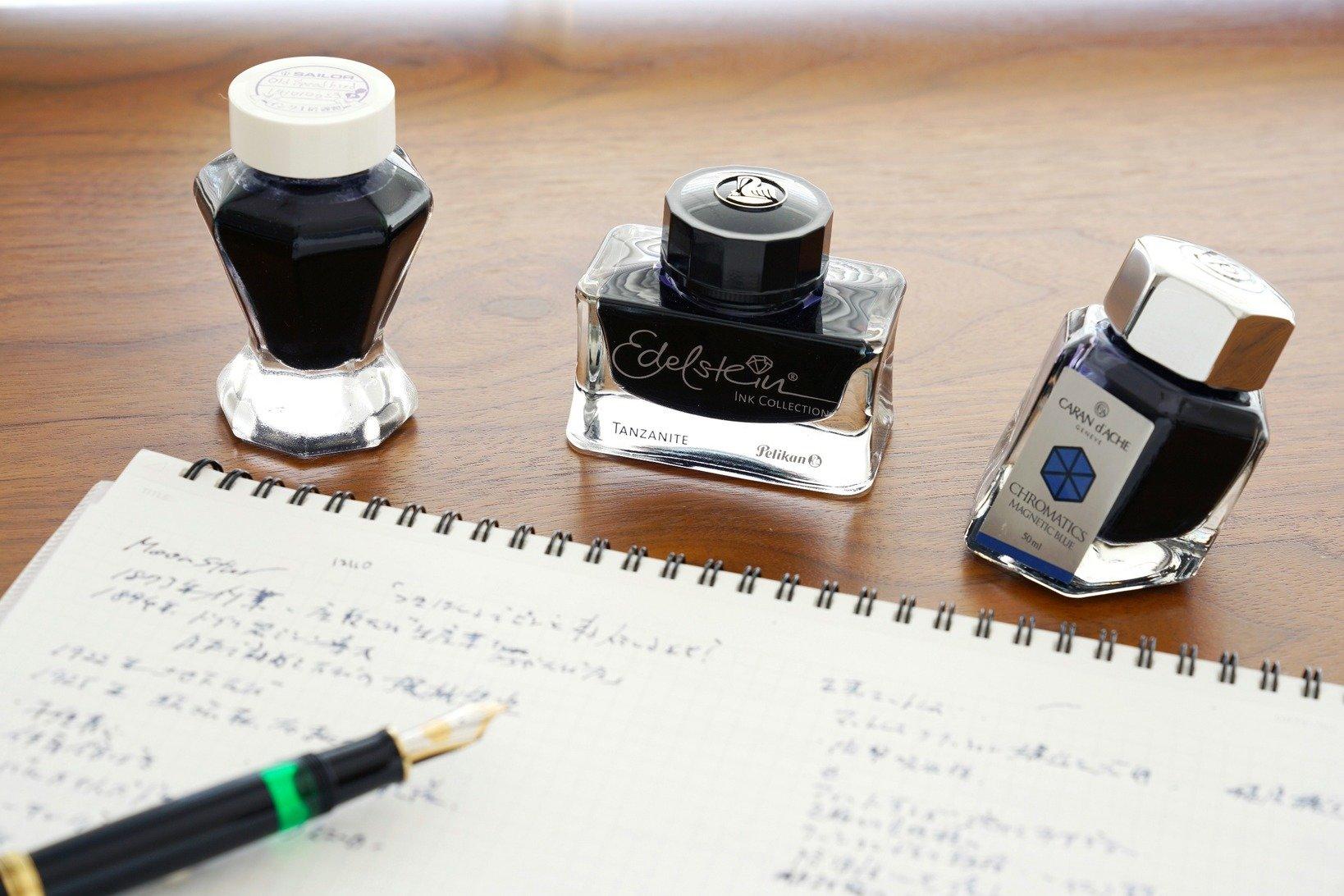 飯野さん愛用のブルーブラックのインク。セーラーのインク工房で作成したオリジナル品、ペリカン「エーデルシュタイン タンザナイト」、カランダッシュ「マグネティックブルー」。
