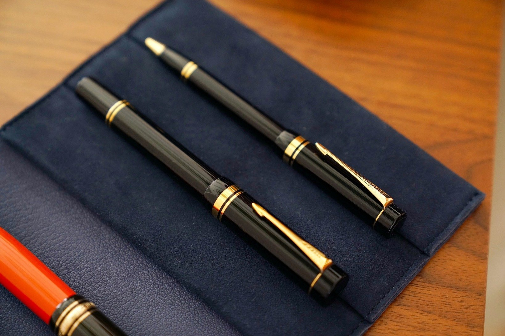 飯野さんが初めて購入したパーカー「デュオフォールド センテニアル」万年筆(手前)。同じラインのボールペン(奥)。