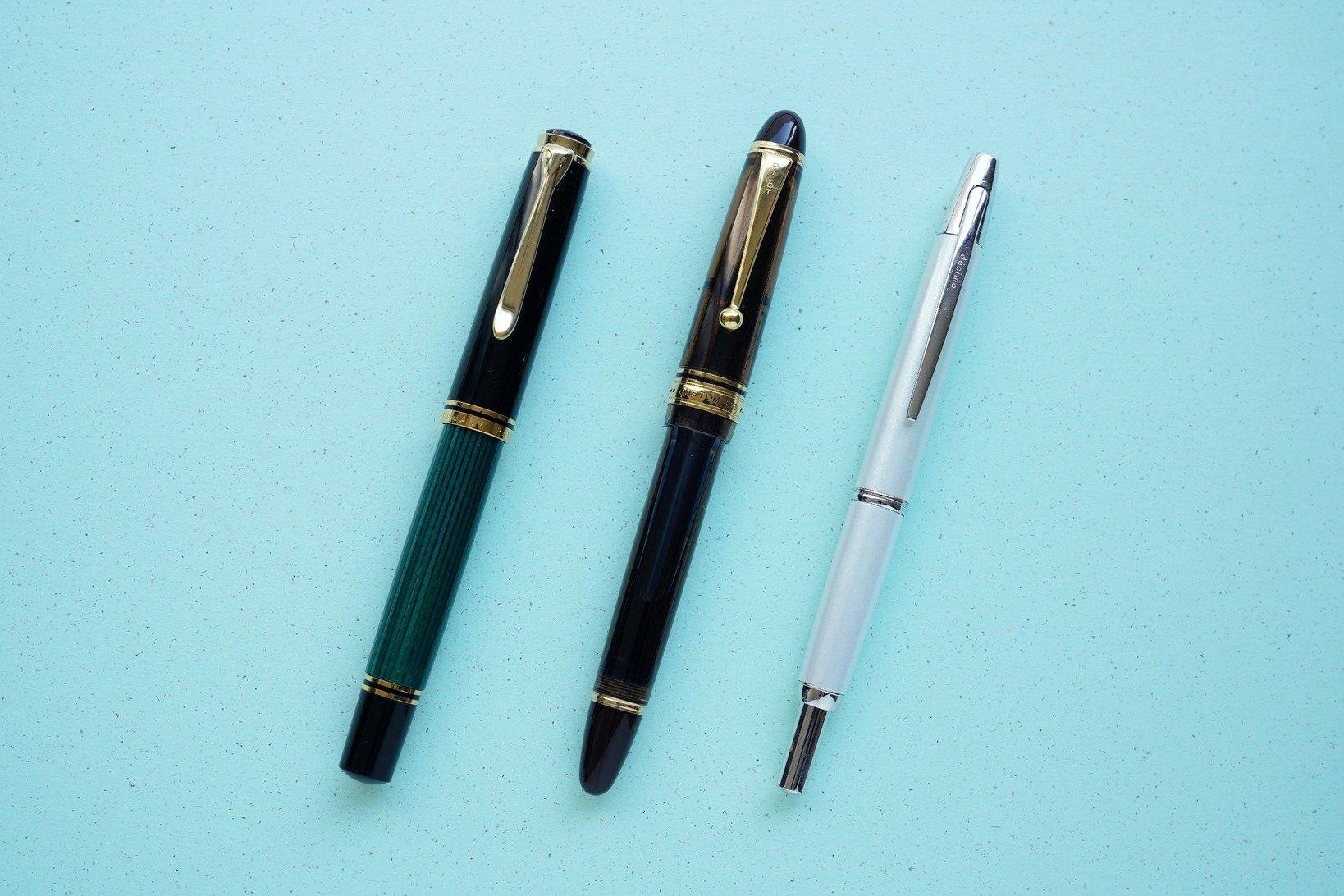 土橋さん愛用の3本は左から、ペリカン「800」とパイロット「カスタム823」と、パイロット「キャップレス」