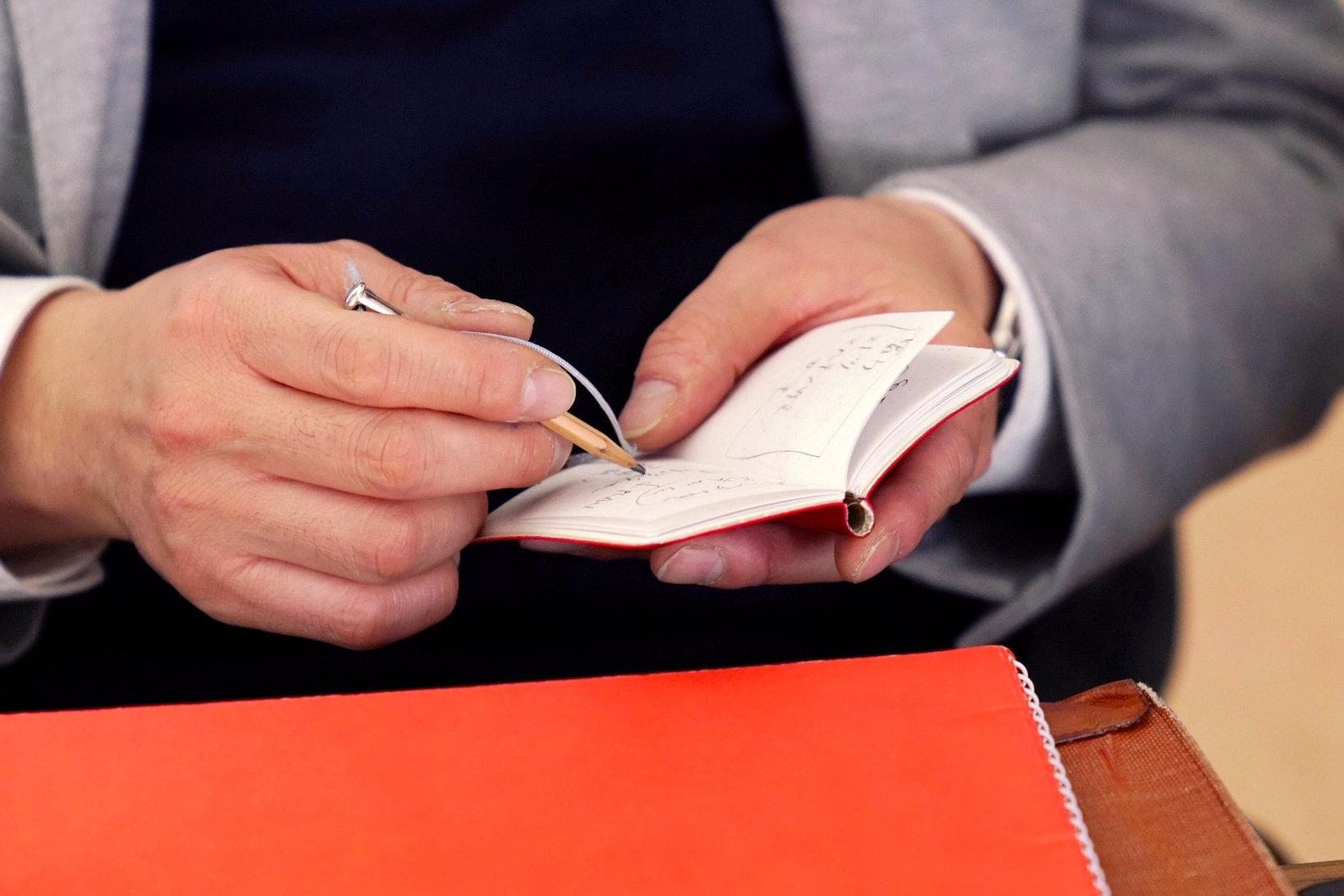 ちなみにこちらは、いつ何時でもメモしたいときにメモできるという、土橋さんが商品企画をディレクションした鉛筆付きミニ手帳 「すぐログ」(ダイゴー)。 (https://shop.daigo.co.jp/news/news-43953/)