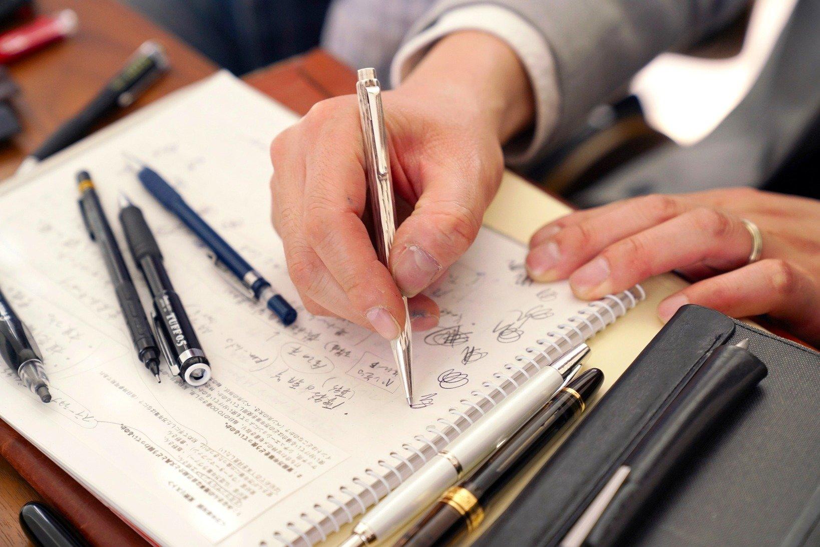 飯野さんが最近よく使っているという、カランダッシュのエクリドールのボールペン。今や貴重な純銀軸で、模様は未だにファンの多いベネシアン。