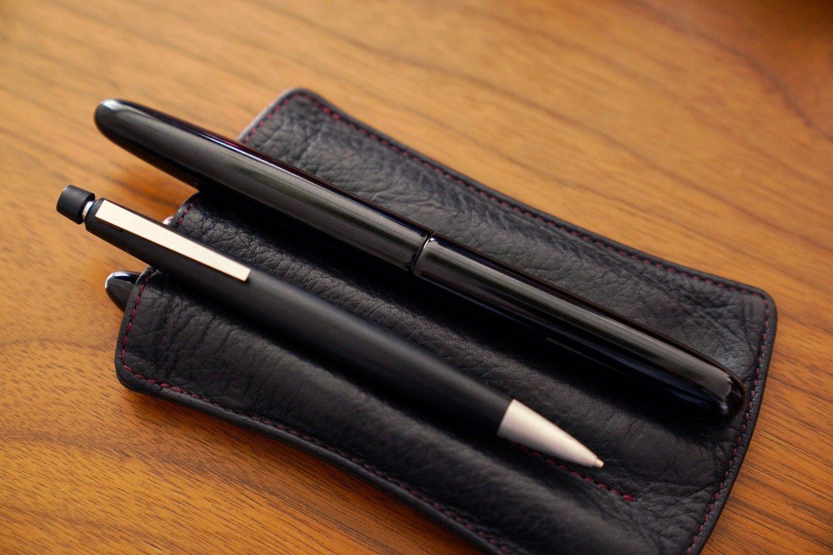 土橋さんが禅と表現する一本、中屋万年筆のシガーモデル、#3776センチュリー(写真奥)