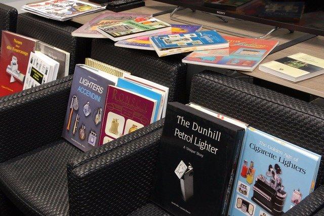 渡部さんが所有するオイルライター関連書籍。コレクションの対象は、本体だけでなく、その周辺物にまで広く及ぶ。
