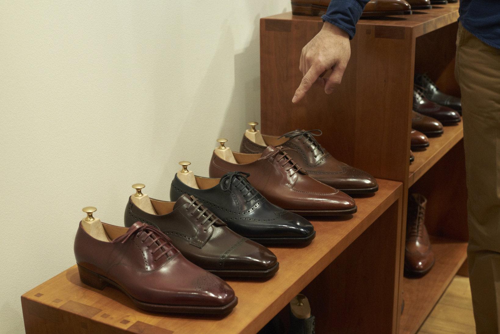 主要なスタイルの靴は店内に手に取れるように飾られている。写真とかではなく実物を足元に置いた上で、どれにするか選べるわけで、顧客も完成時のイメージを掴みやすい。何気ないがありがたい心遣い