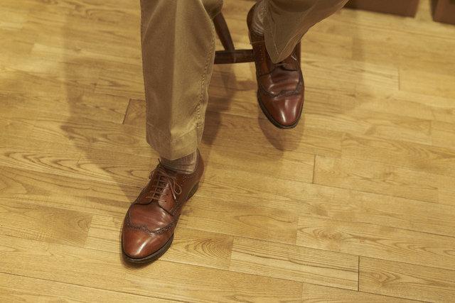 柳町氏の足元も、もちろんご自身の作。外羽根式のフルブローグだが、つま先にメダリオン(文様上の穴飾り)を付けていないので、同種の一般的なものに比べスッキリとした印象。