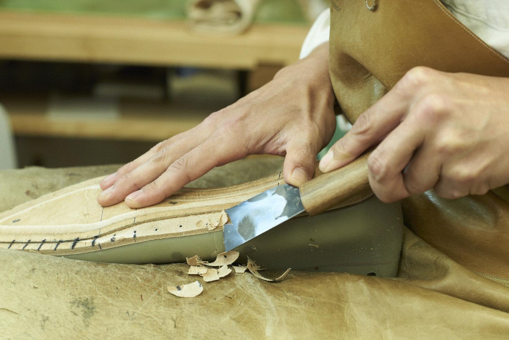 アウトソールの縫合やヒールの取り付けなどのボトムメイキング(底付け)を担当する小関貴一郎氏。Hiro Yanagimachi の靴特有の「立体感」は、並外れた集中力を有する彼の作業の賜物だ。