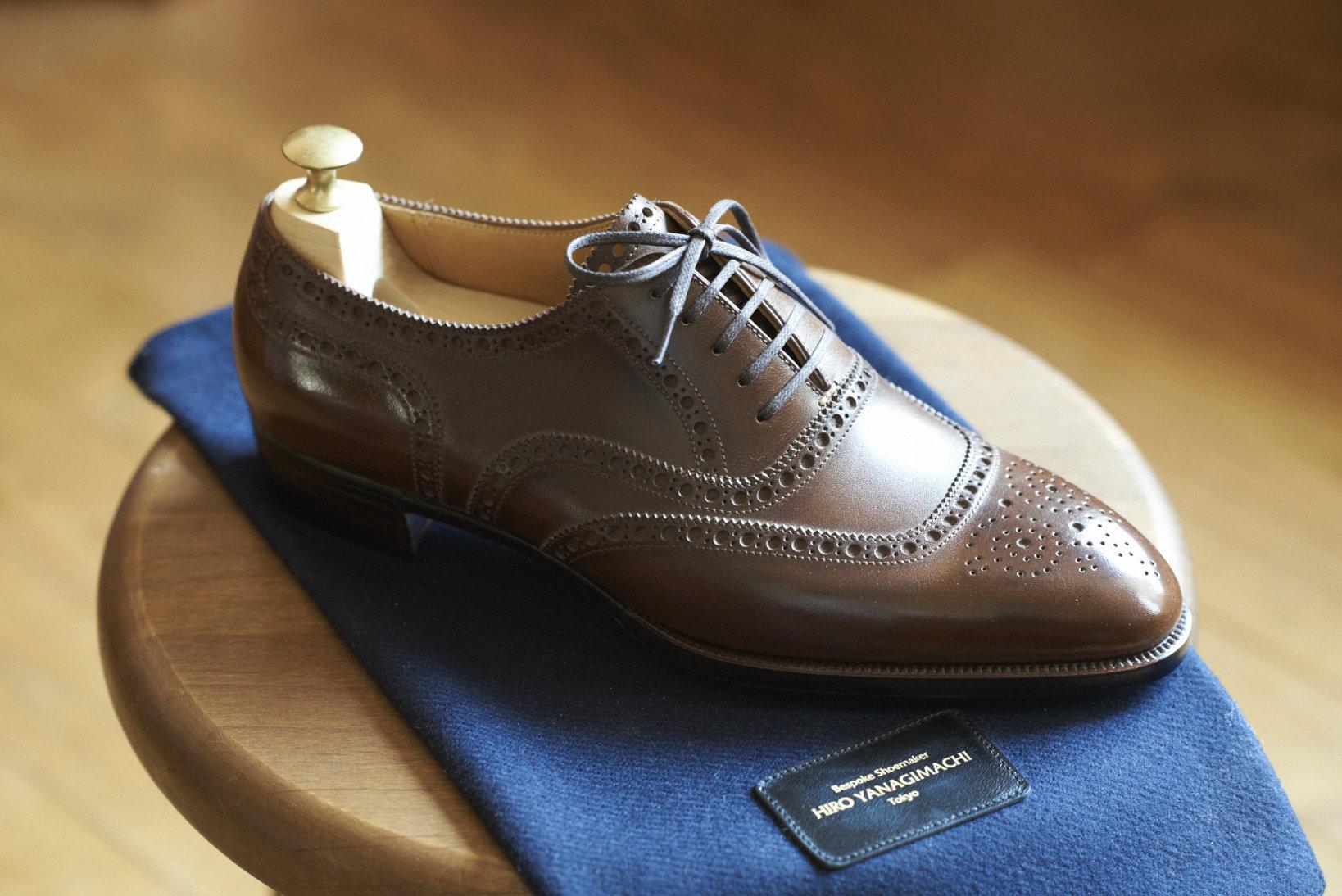 最新作の一つで、これがもともと「Uチップ」と呼ばれていたスタイルの靴。ブローギングの曲線が引き締まっていて、弛んだ印象を受けない。前から見ても、後から見ても精悍だ。