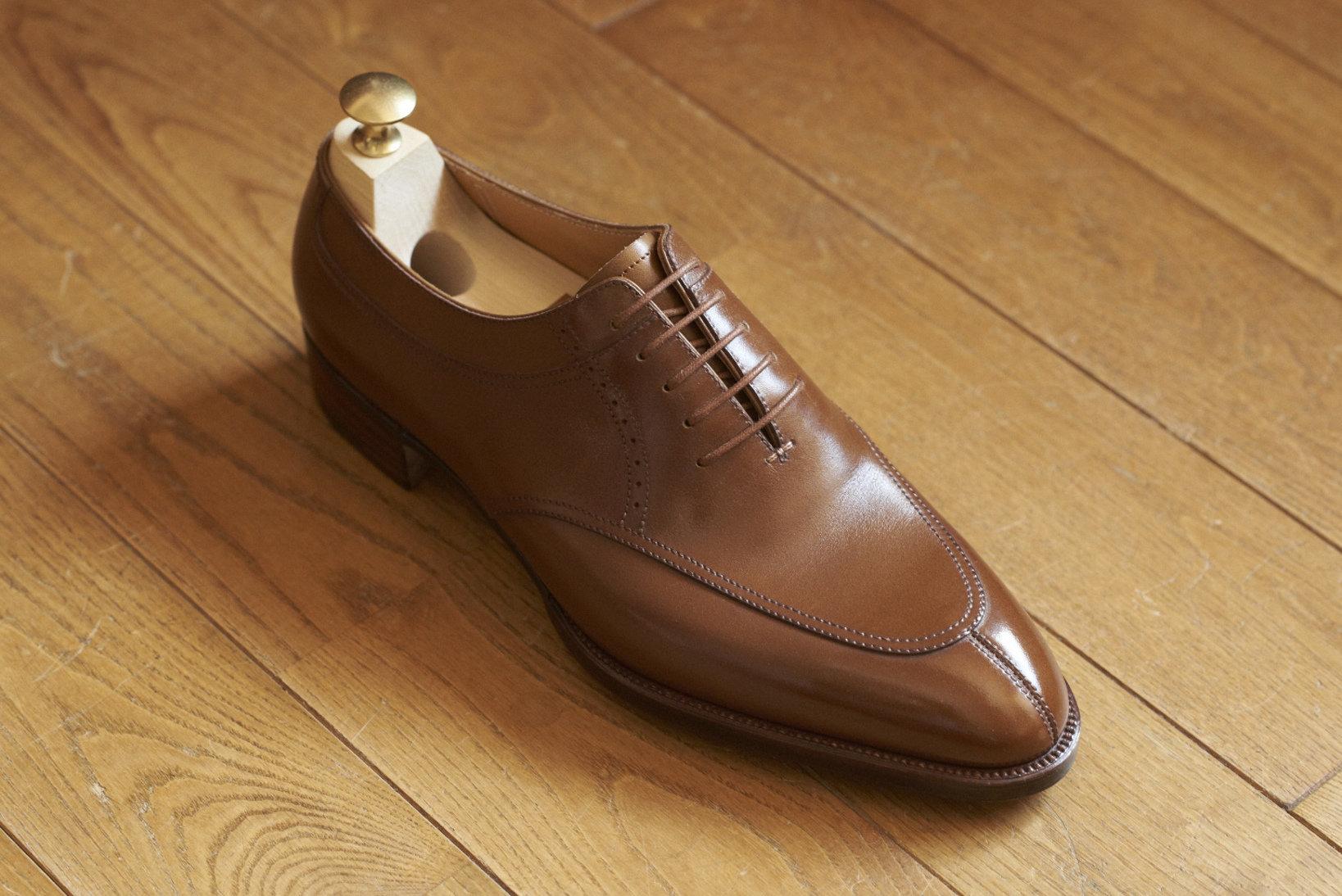 極めて珍しい内羽根式のエプロンフロント(日本で言うところのUチップ)。甲のモカシン縫いと履き口の少し下にある縫い目線とが呼応し合い、伸びやかな一足に仕上がっている。