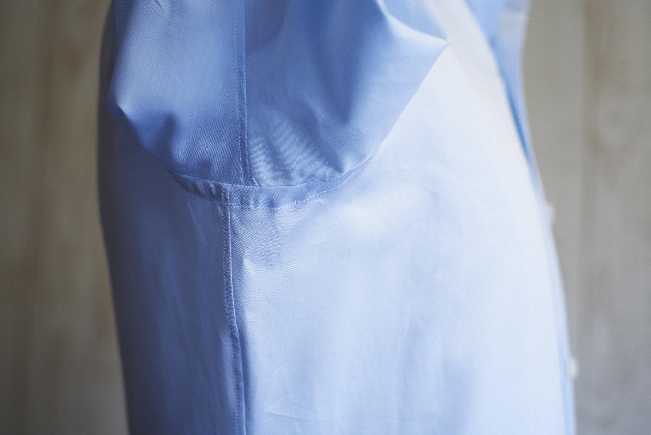 ジャケットの作り方と同様に、身頃と袖を別々に作り、縫合する方法を行っている。これにより腕を上げやすくなる効果がある。イタリアの高級シャツに多く見られる仕上げだ。