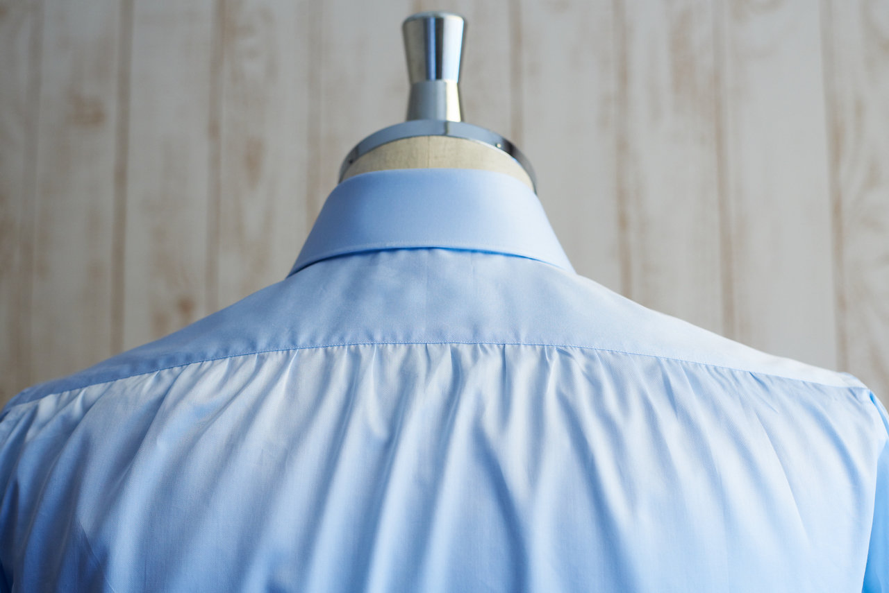 ビスポークシャツの背中は背タックではなくギャザー仕上げを行っている。背タックに比べて職人の手間が大変かかるエレガントな仕上げだ。