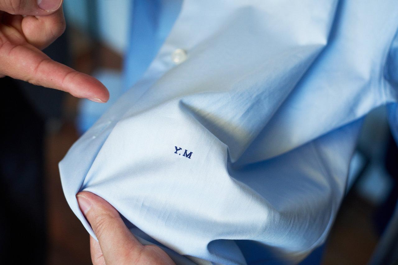 ミシンで行うことが多いイニシャルの刺繍も、職人の手によるもの。小さく仕上げることができるのも特徴。