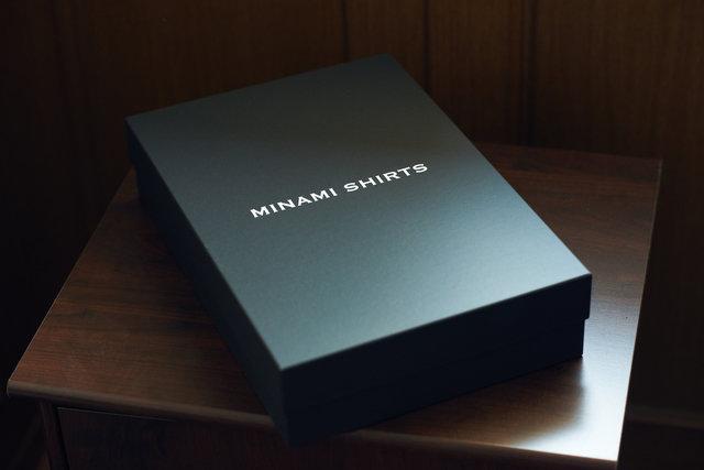 ビスポークシャツはもちろんだが、レディメイドのシャツにも専用の箱が付く。ちょっとした贅沢感を味わえる。