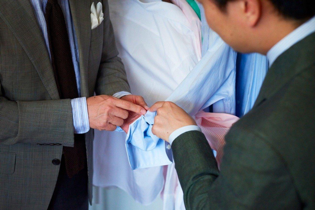 袖口付近のボタン留め部をひっくり返すと、剣ボロの仕上げがとても丁寧。巷の市販のシャツだと生地が切りっぱなしだったり仕上げが雑なものが多い。