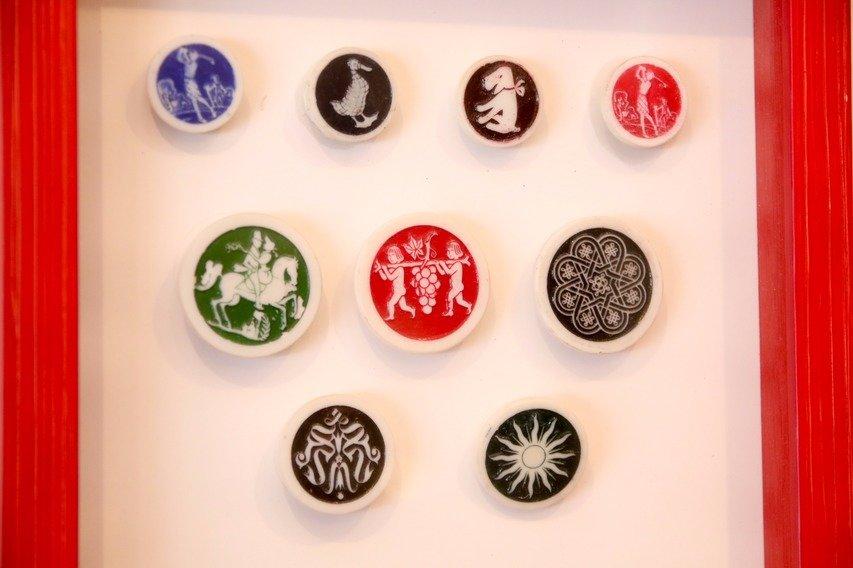 戦闘機のプラスチック製品を製造していたザ・ブリティッシュ・アーティッド・プラスティック社が1946年から1年間だけ製造していた通称「アーティッド・ボタン」。素材には熱硬化性のプラスチックを採用。スポーツ、動物、星座など非常に多彩な絵柄がある。
