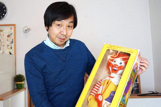 マックけんいちさんが抱えているこちらは1978年にアメリカで販売されたロナルド(日本ではドナルド)のクロスドール。「あらゆるメーカーから数多く発売されていますが、この人形が一番大きくてパッケージに入っているところが気に入っています」