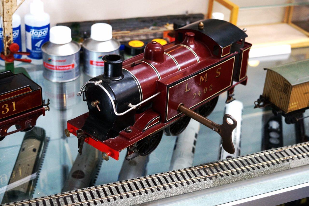 こちらはゼンマイ式の鉄道模型。実際に1930年代に販売されていたものだが、現在も問題なく走行する。