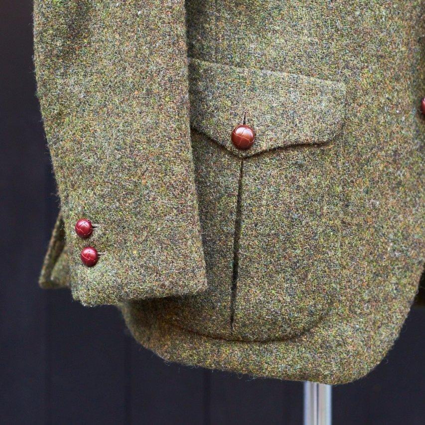 カントリーテイストのある外付けパッチポケット。袖と合わせて革ボタンで統一した。