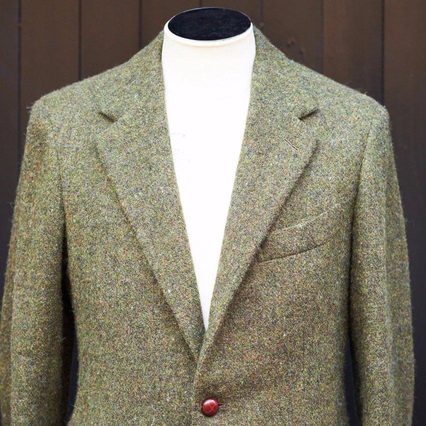 衿はノッチドラペルで幅広め。上り衿なのもスタイルを良く見せる工夫の一つ。