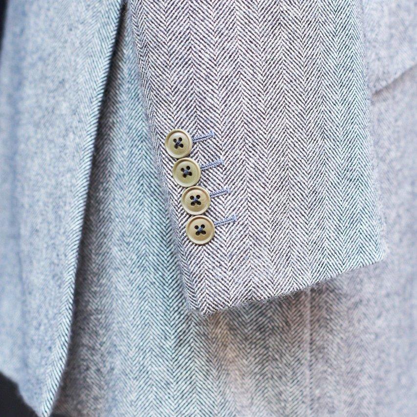 袖は4つボタンの本切羽を採用。