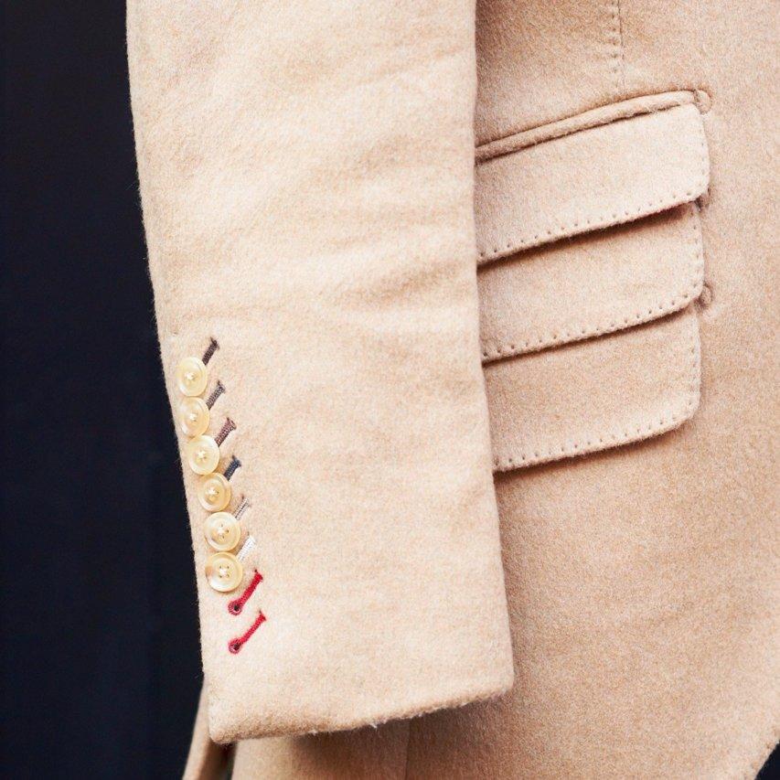 腰ポケットは両サイドともチェンジポケット。右脇は3連に。