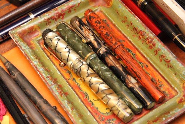 知人から譲り受けたというイギリス製の万年筆。中谷さん所有の万年筆はクラシックなデザインのものが中心だが、デスクには凝ったデザインのものも散見された。