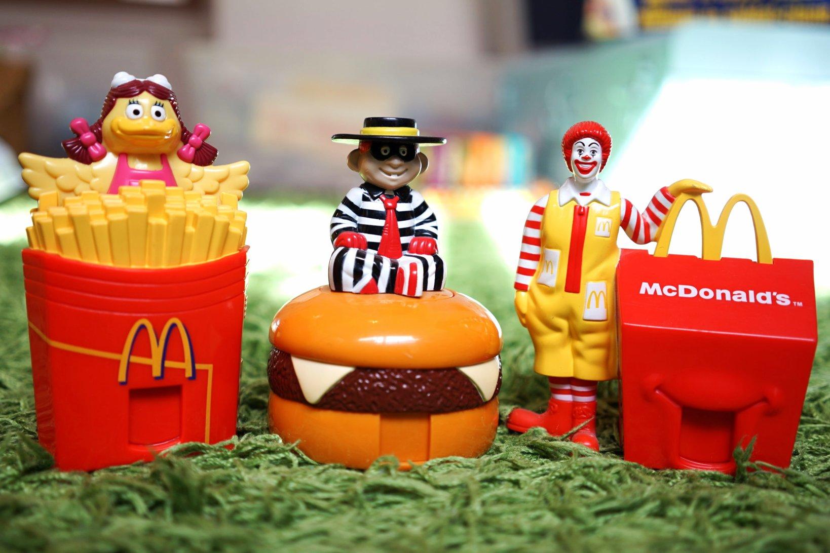 マクドナルドのキャラクター。左からBirdie(バーディー)、Hamburglar(ハンバーグラー)、Ronald McDonald(ロナルドマクドナルド)