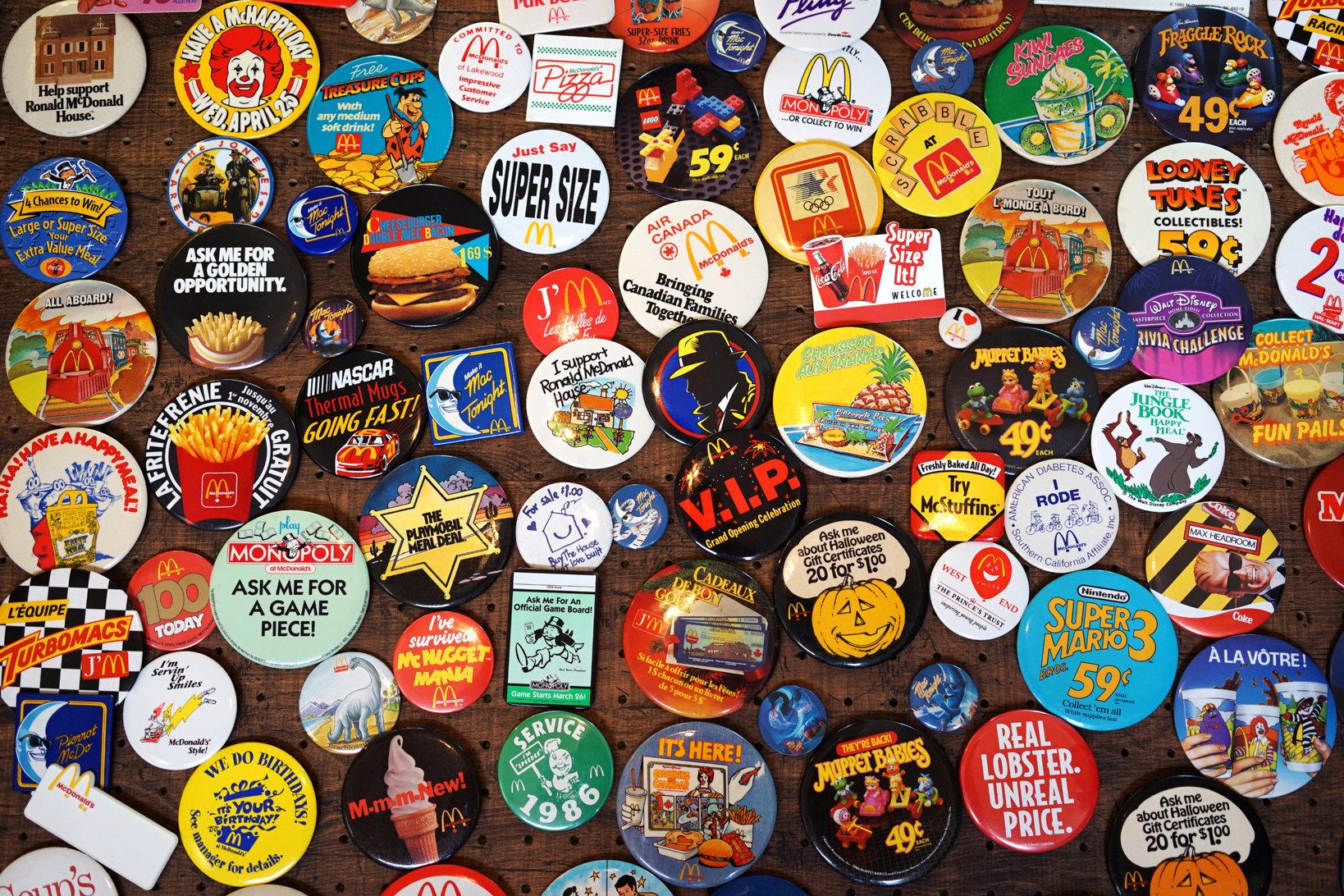 マックのクルー(従業員)がお店で胸に付けるプロモーション用の缶バッジ。プロモーション毎に登場していたので世界各国で数多く存在する。