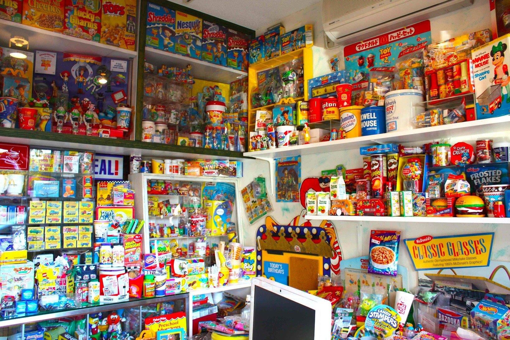 こちらはマックけんいちさんの自宅ガレージを改造して作られた、コレクションスペース。マクドナルド以外のコレクションが所狭しと並べられている。