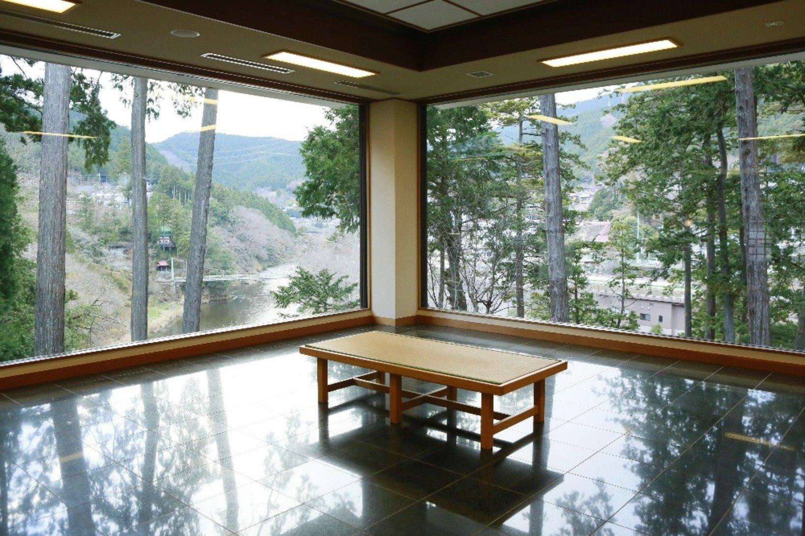美術館内の大きな窓から見える、四季折々の風景