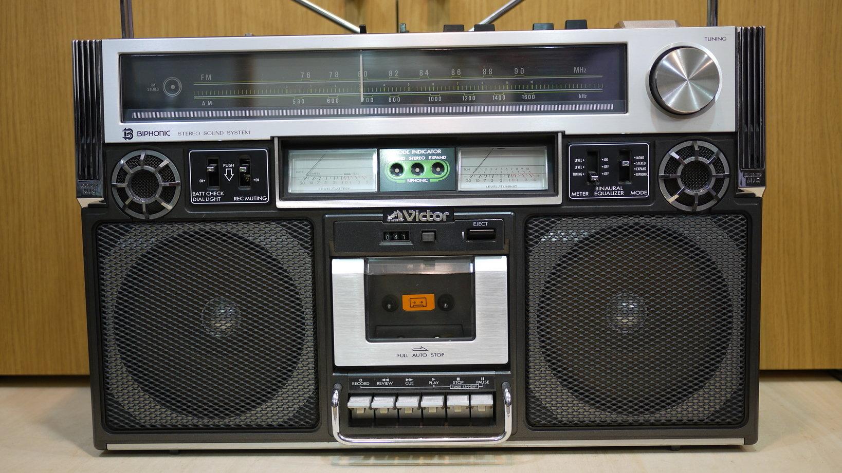 バイノーラル録音をスピーカー再生できるVictorのラジカセ