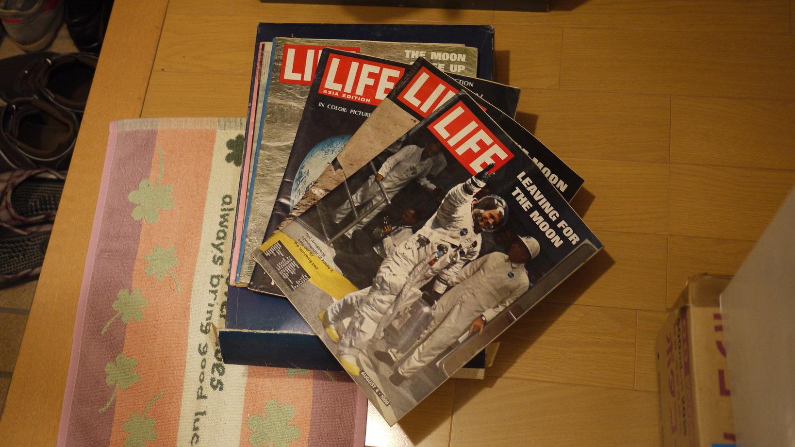 中村さんの家には、昭和時代の物がたくさん。写真は、月面着陸当時に発行されたLIFE誌