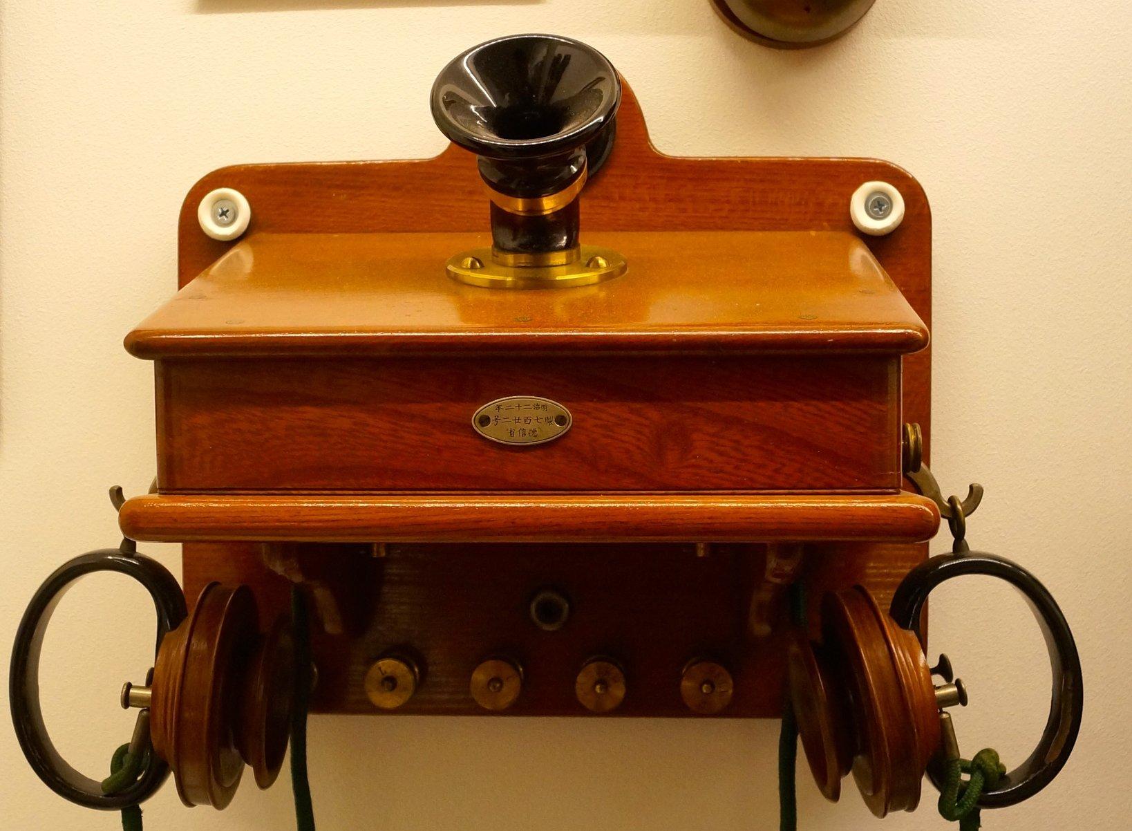 明治23年、東京-横浜にて日本最初の電話交換事業が開始した際に使用された「ガワーベル電話機」