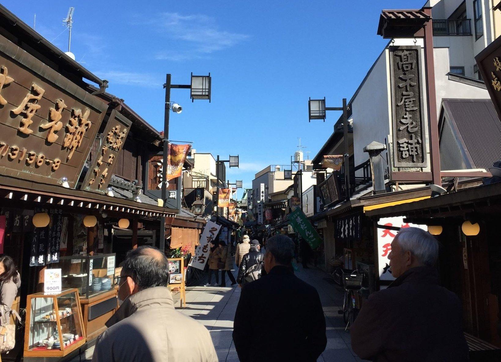 帝釈天参道はとても活気がある。柴又は高い建物が無いので空が近く感じます。