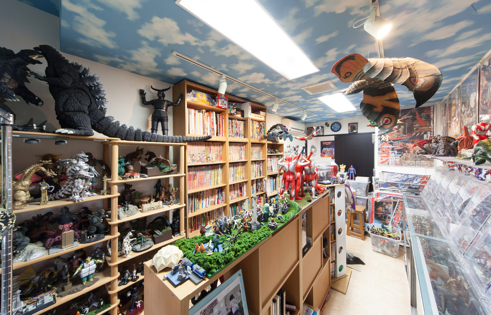 怪獣ミュージアムの館内。人形だけではなく、雑誌、ポスター、ソノシートなど怪獣に関連する様々なグッズを展示