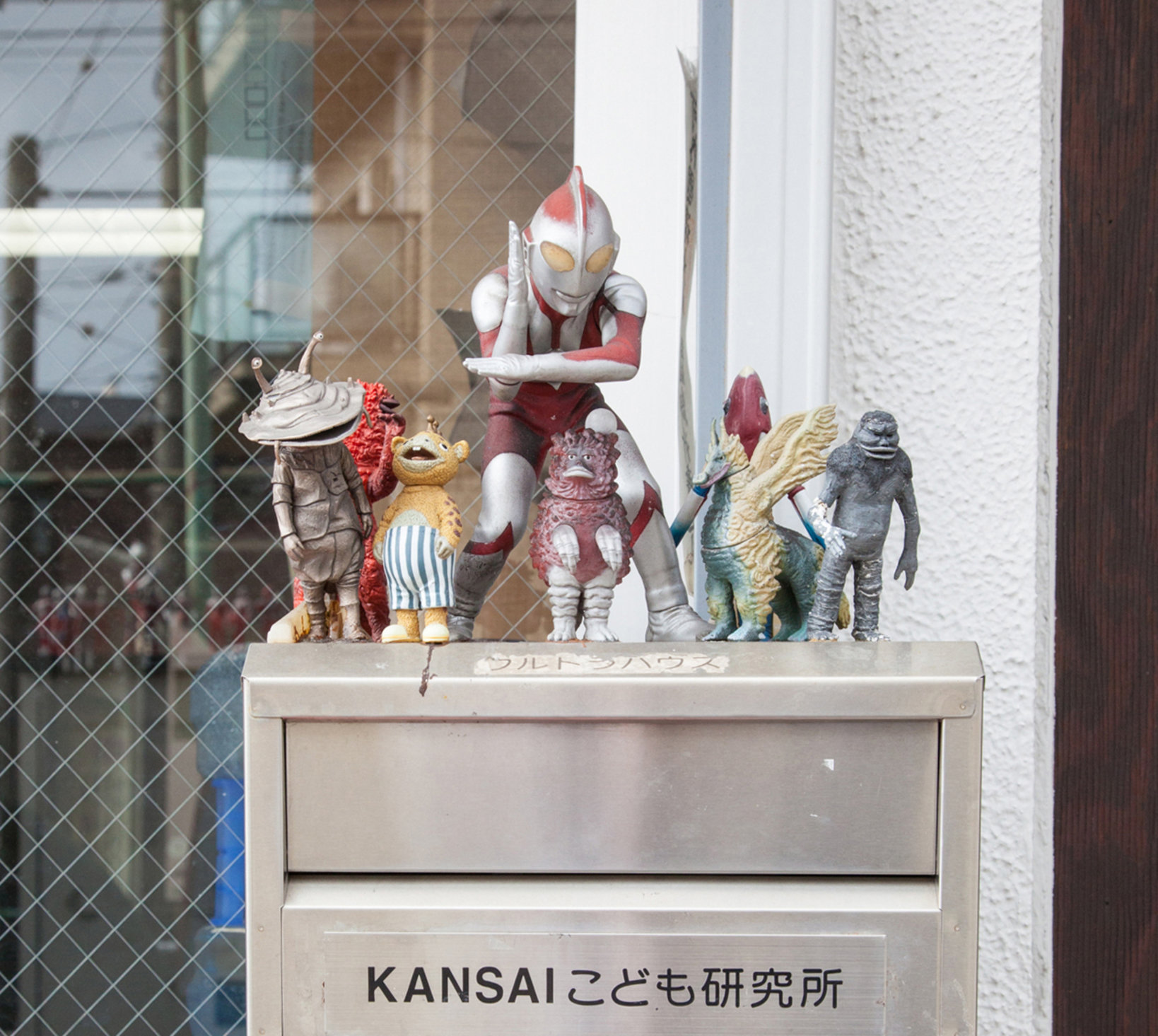 玄関ポストには、怪獣の人形が!「ポストマンの癒しに」だそうです。