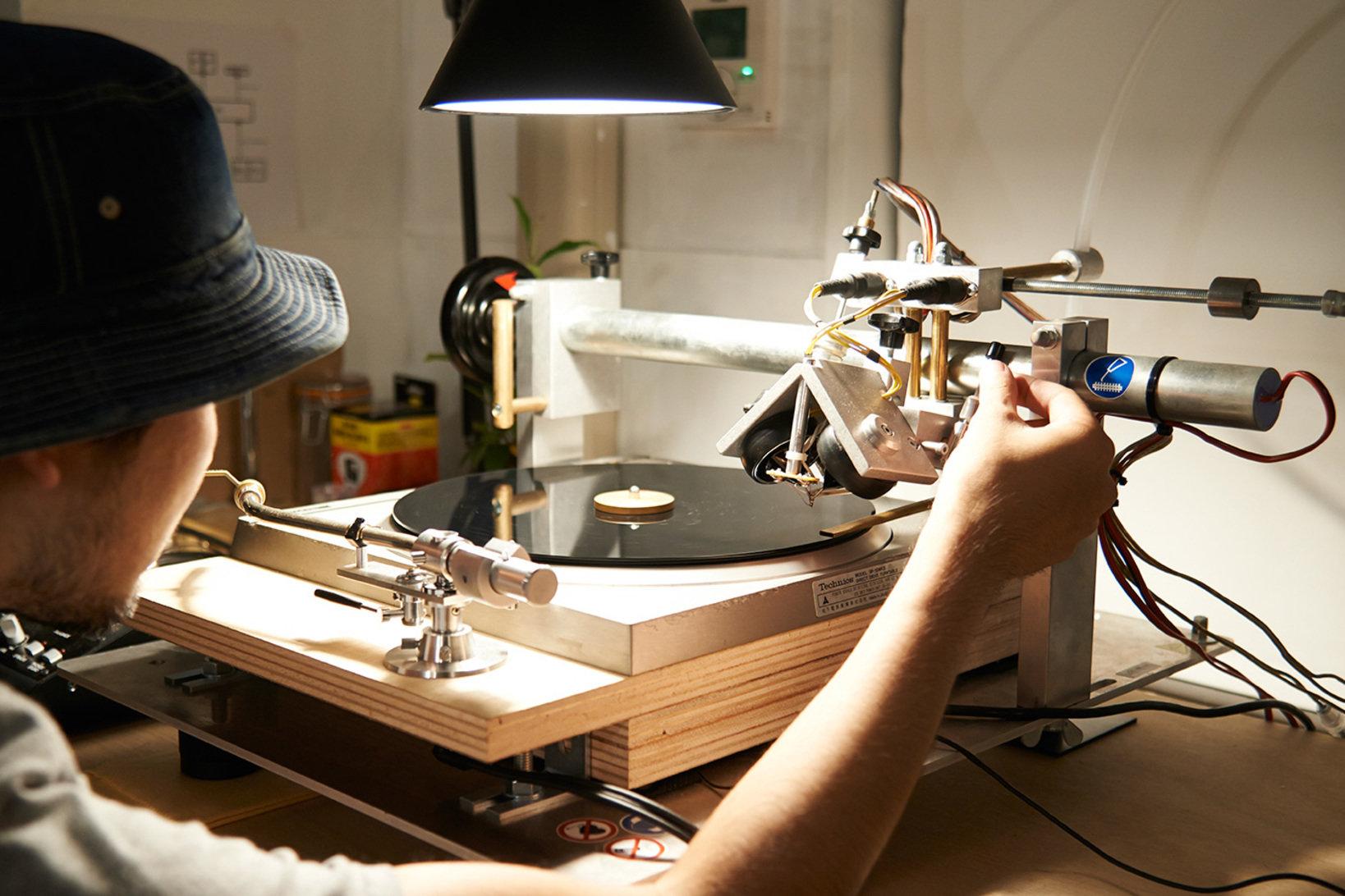 入稿された音源はレコードへの最適化作業を行いカッティング。塩化ビニール製のCUT&RECのレコード盤は、市販のレコードとほぼ同等の品質を誇り、DJプレイはもちろんスクラッチへの耐久性にも優れています。