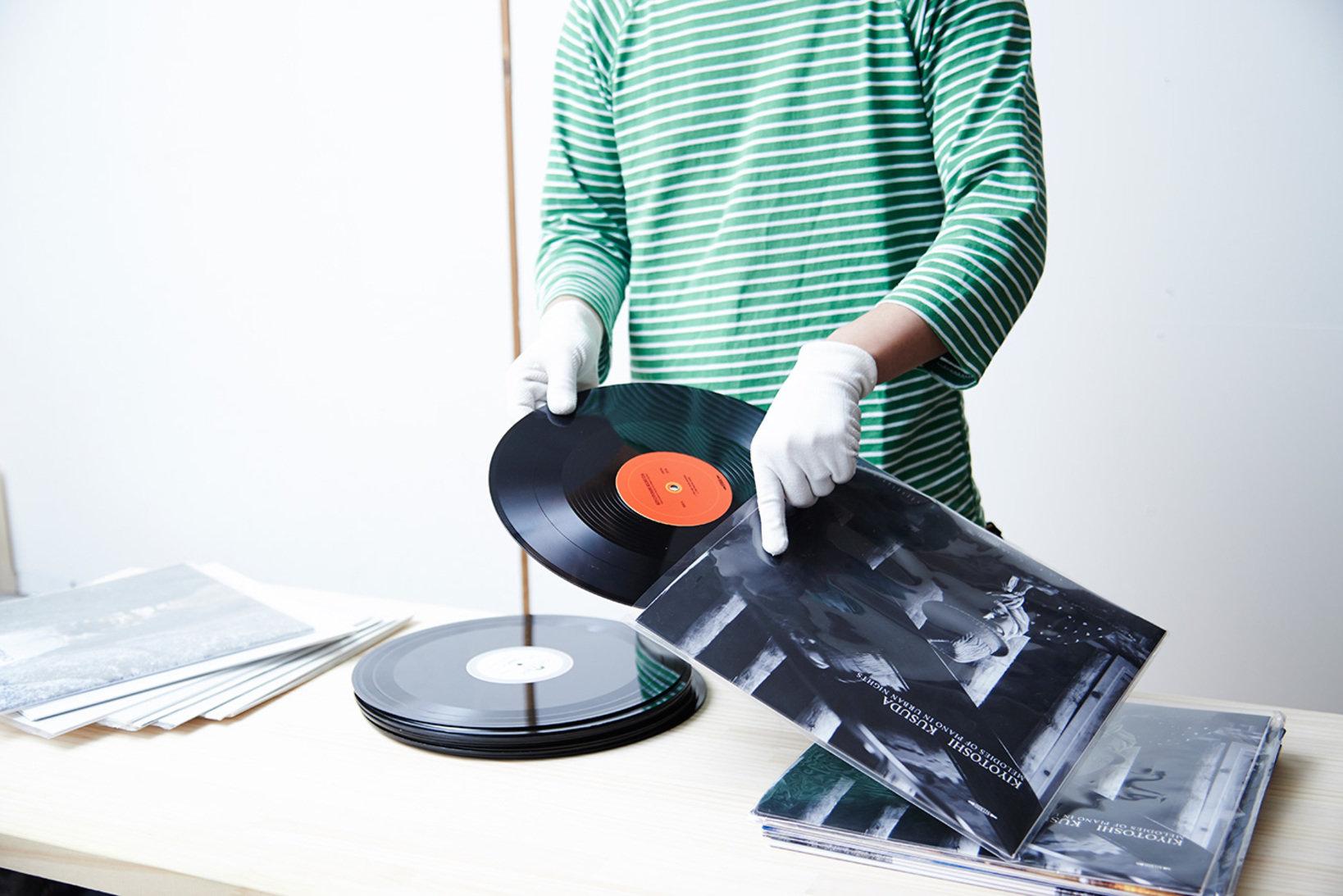市販のレコードに見劣りしないジャケットの印刷には、高解像度の印刷機を使用。さらに長期間の保存と耐久性の向上を図るために、表面にラミネート加工を施しています。