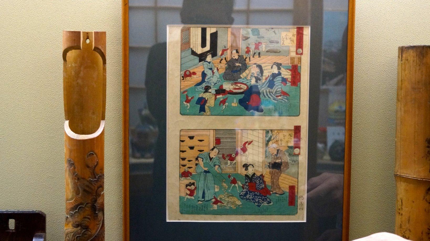 江戸時代の貯金箱を利用している日常風景。泥棒対策として貯金箱には見えない「花差し型の貯金箱」にお金を隠していた