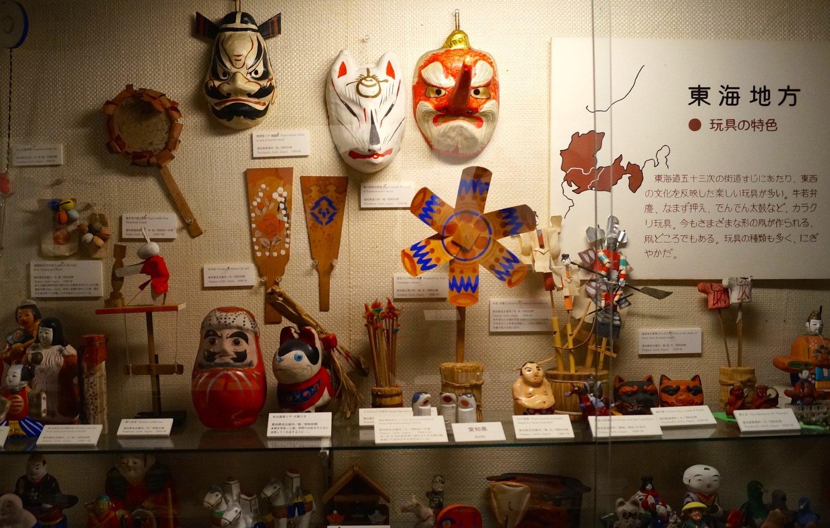 4号館では日本の地方別に分けて、郷土玩具が展示されています。写真は東海地方