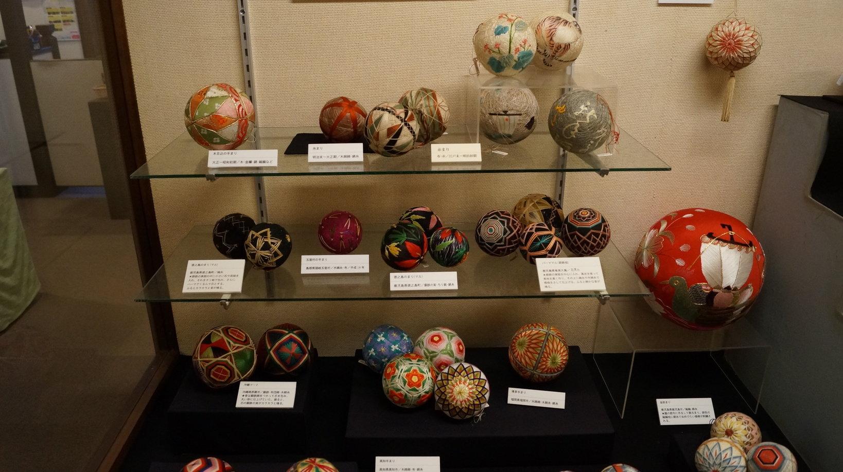 3号館の手まりの展示。古い物だと江戸時代の手まりも並んでいます
