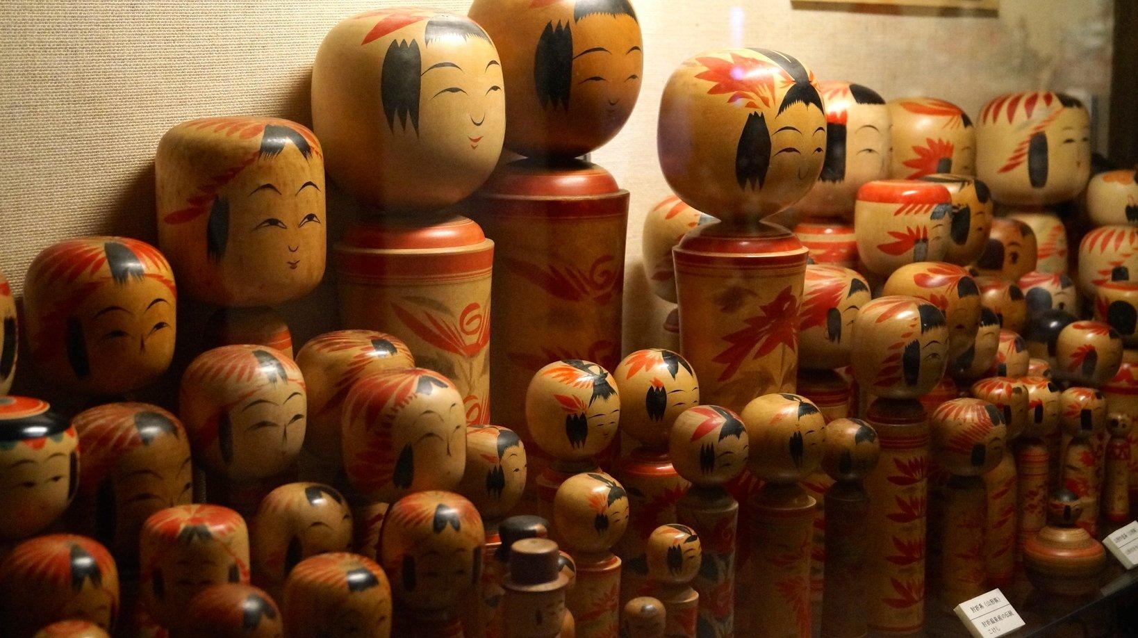 4号館には日本各地のこけしが勢揃い。とても迫力がありますね