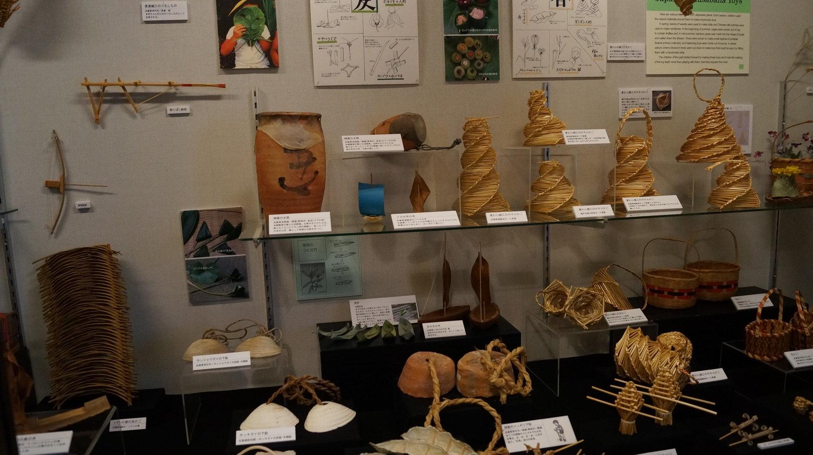 2号館では木や竹、貝などを使った自然の玩具も展示