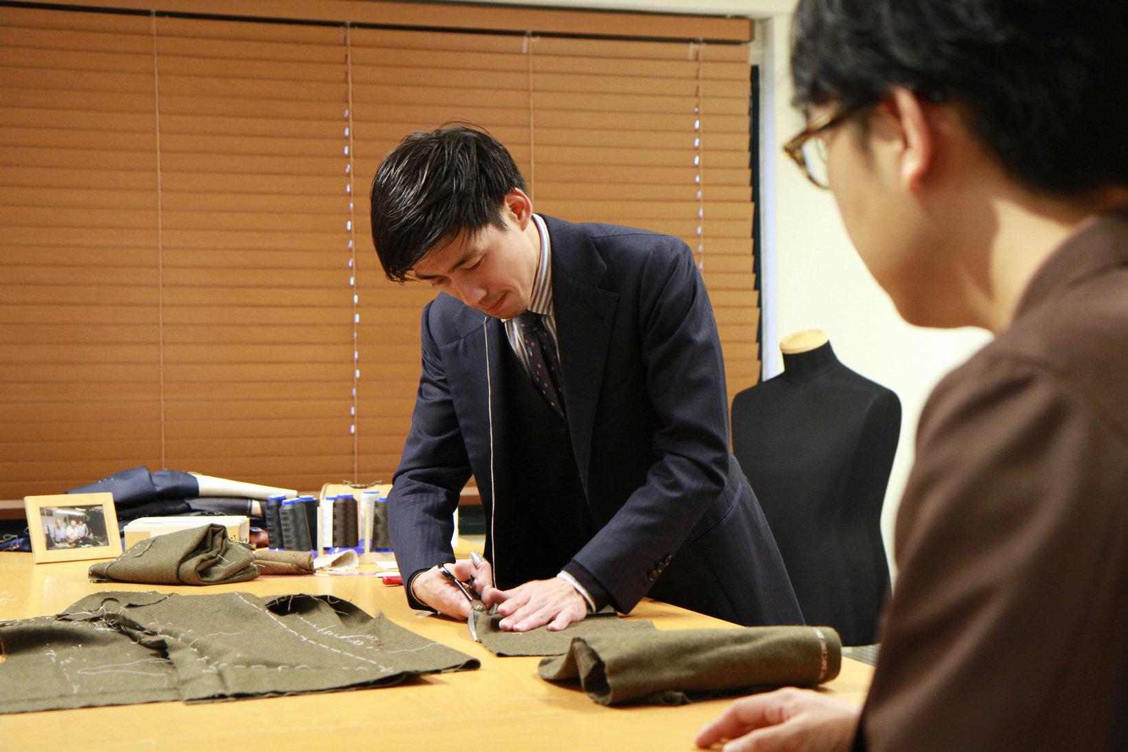 自身の店舗兼アトリエで仕事をこなす東徳行さん。店舗を訪ねて、テーラーの技術を眺められるは嬉しい。