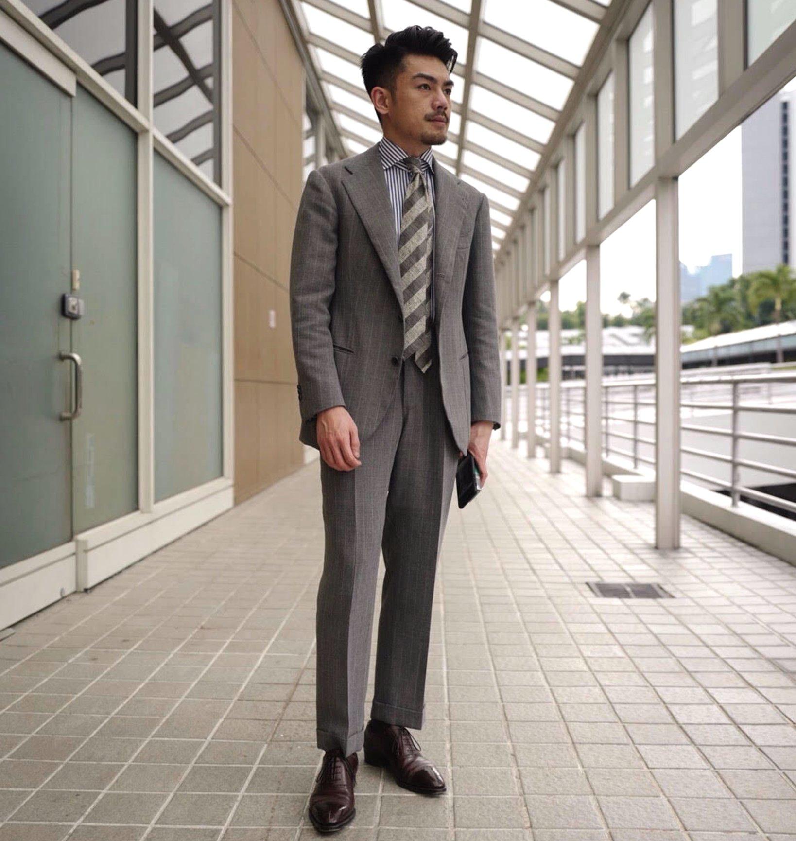 シンガポールのセレクトショップ、Last & Lapelのオーナー、 Alvin氏も東さんが作る服のファンのひとり。 スーツの美しさがよく伝わる一枚を拝借してきた。 全体にメリハリがあり、ディテールが立体感を出している。 ひと目で良いものとわかる雰囲気が漂っている。