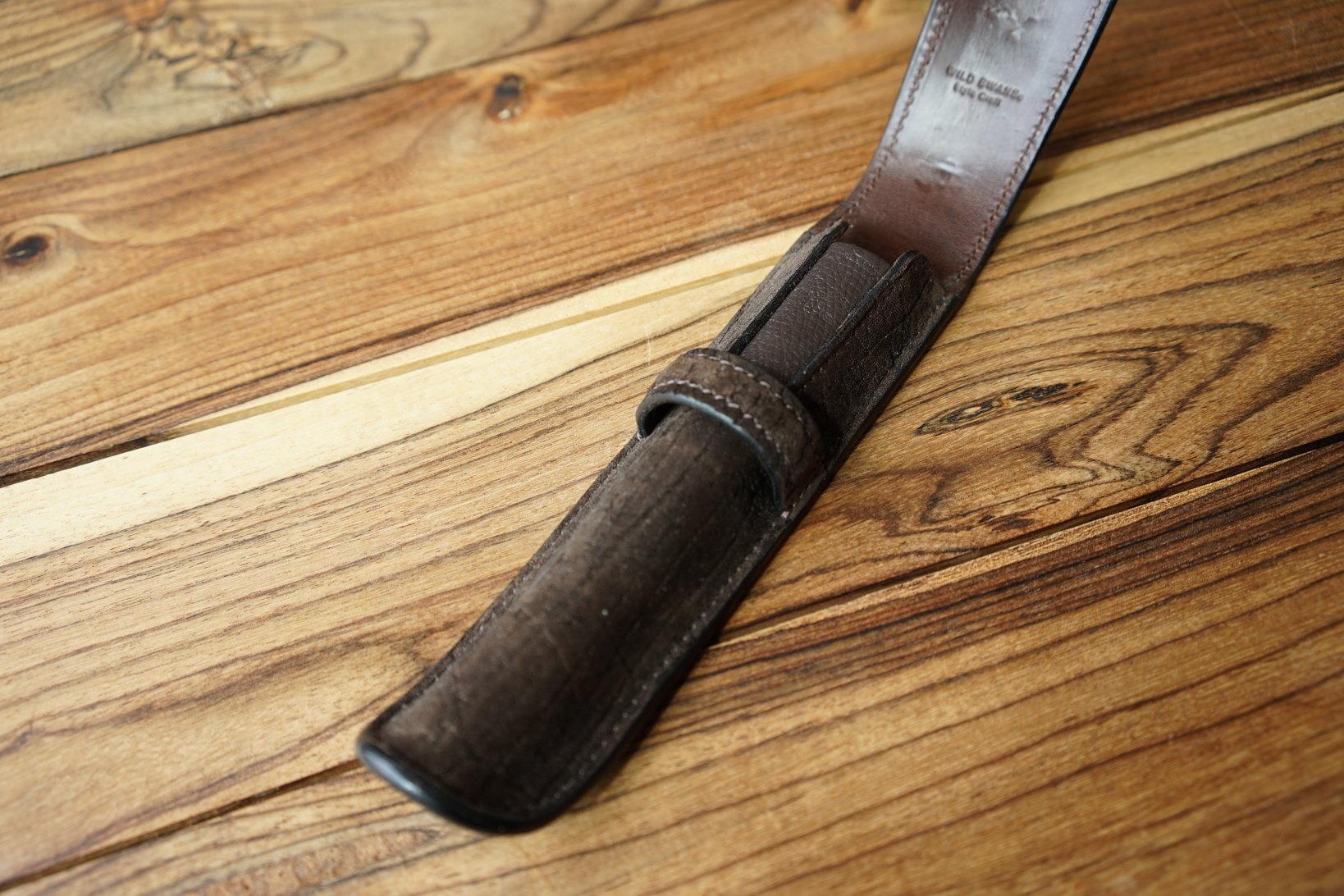 カバ革を使用したペンケース。しっとりした質感が高級感を漂わせる。