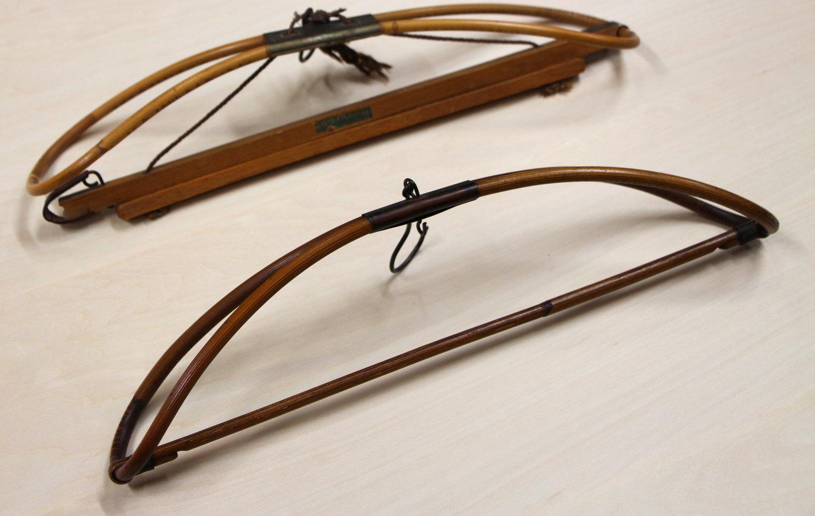 素材は日本的な「籐」であるが、 形は衣掛けのそれではなく、 ハンガーの形を成している。