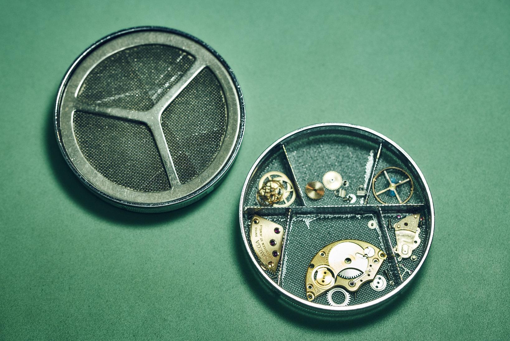 超音波洗浄用のカゴに入れて各部品を洗浄する。オーバーホールの要でもある基本的な工程だ。