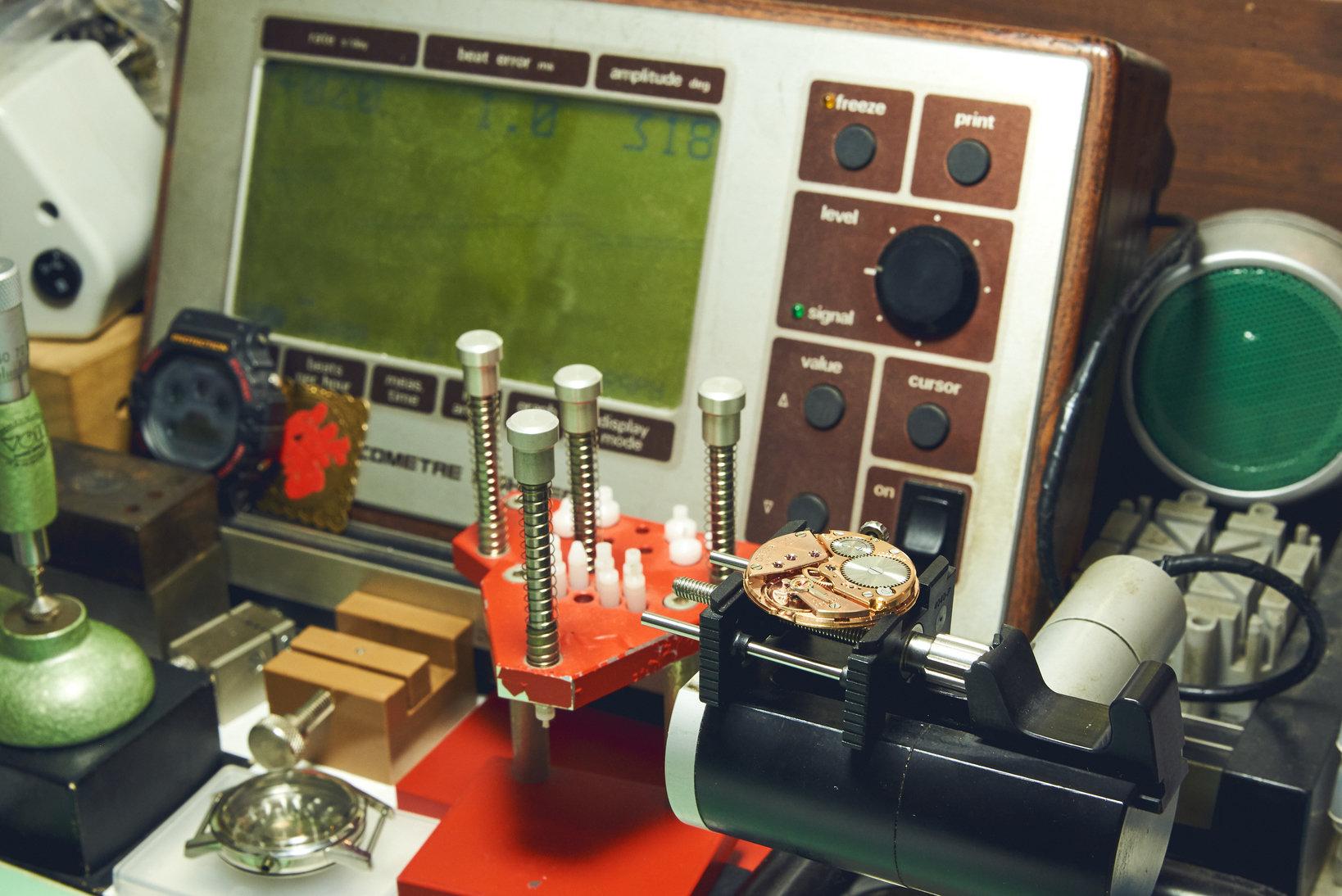 精度を計測する「ウィッチ」というテスター。各姿勢差を計測することで、コンディションを確認することができる。
